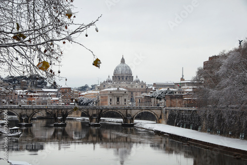 Photo  River Tiber with Saint Peter dome and Holy Angel Bridge covered by snow
