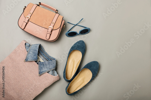 Fotografía  Flat lay of a casual woman fashion outfit - jeans, pink dress, handbag and sunglsses