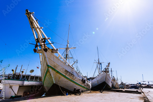 Papiers peints Navire Traditional boats in Paotere harbor, Makassar, Indonesia. Indonesian sailor have been using this kind of boat called Pinisi to sail as far as Africa since 14 century.