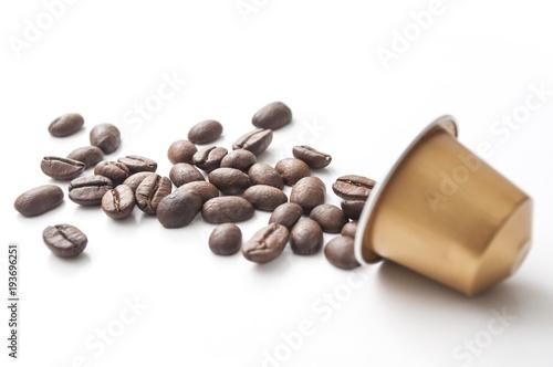 Deurstickers koffiebar concept capsule de café expresso et grains de café sur fond blanc