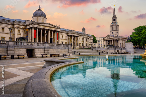 Poster de jardin Londres Trafalgar square, London, England, on sunrise