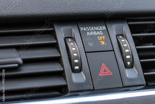 Photo Passenger airbag indicator light showing OFF status on the dashboard of a modern