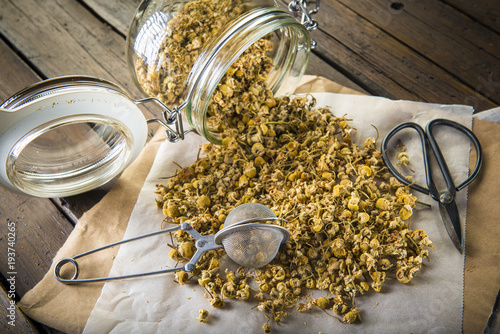 Valokuvatapetti Flores de manzanilla silvestre para la preparación de infusiones y bebidas calie