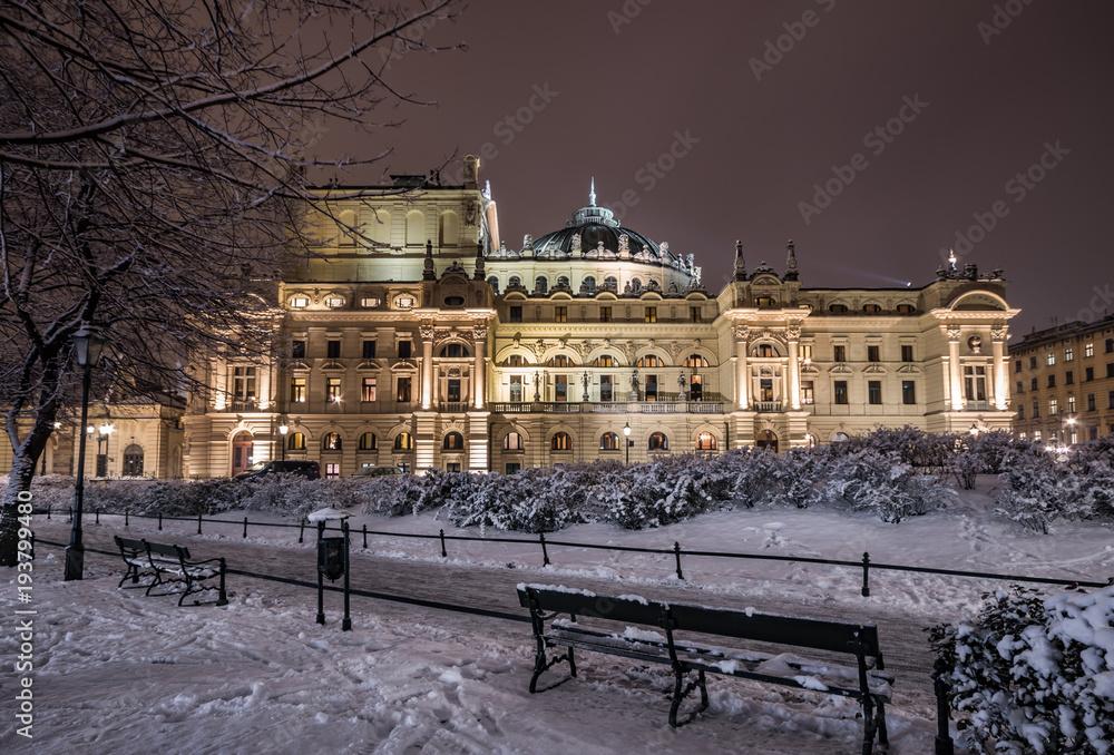 Kraków, Polska, nocny zimowy widok teatru miejskiego