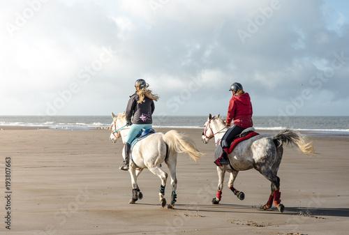 Tuinposter Paardrijden cavalières sur la plage