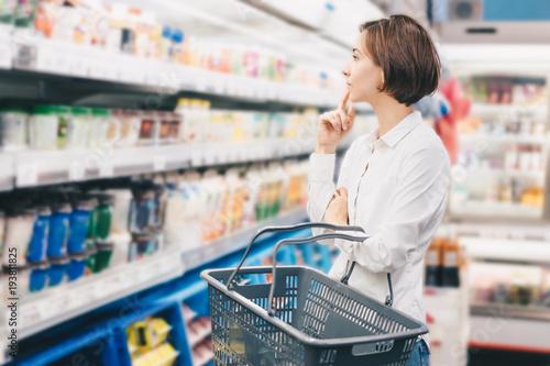 スーパーマーケットで買い物をする若い女性