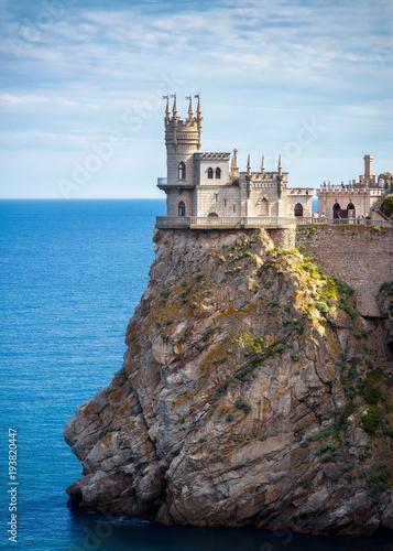 Zdjęcie XXL Grodowy dymówki gniazdeczko na skale w Czarnym morzu, Crimea