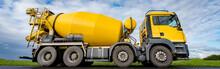 Baubranche - Gelber Betonmischer In Freier Landschaft, Banner