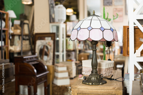 Photo Vintage furniture and home design objects in shop