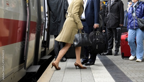 Foto  Pendler am Bahnhof