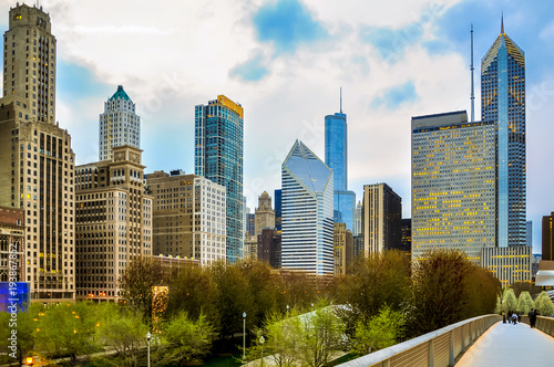 Poster Chicago Chicago downtown skyline in the evening seen from pedestrian bridgeway