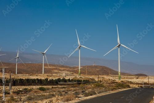 Zdjęcie XXL Elektryczne farmy wiatrowe turbiny, tło błękitnego nieba