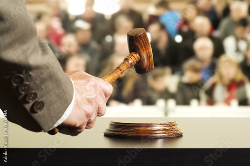 Fotografía auction  bid sale judgment mallet with judge and public , selective focus