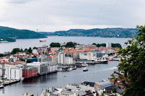 Staande foto Scandinavië Stadt Bergen in Norwegen - Panorama Ansicht mit Hurtigruten Schiff und Askøy Brücke im Hintergrund