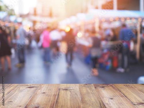 Fotografia  table top over blurred background of people shopping at market fair