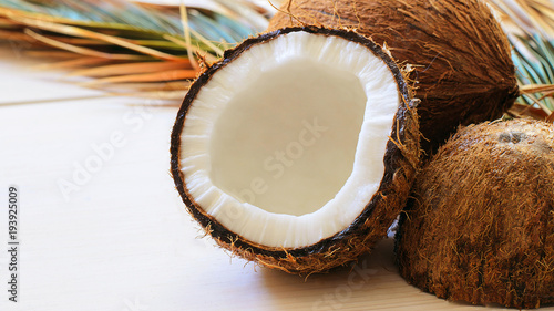 Foto auf Gartenposter Palms Close up of coconut with palm leaf on wooden background. Copy space.