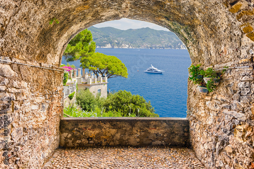 Photographie  Rock balcony with seascape view of Portofino, Ligurian Coastline, Italy