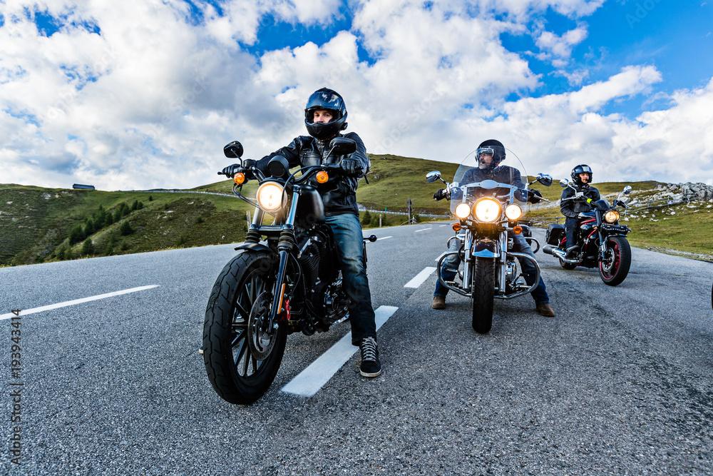 Kierowcy motocykli jadący alpejską autostradą, Nockalmstrasse, Austria, Europa.