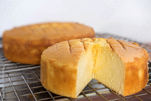 Valokuva Butter cake on sieve after baked from oven