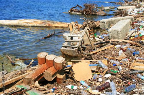Fotografía  мусор на берегу моря