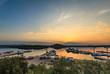 Kleiner Hafen von oben mit wunderschöner Aussicht auf Boote im Sonnenuntergang in Kroatien am Mittelmeer
