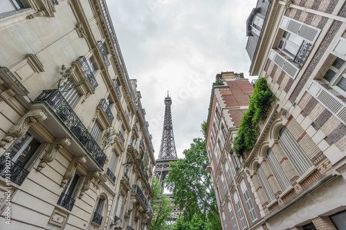 Fotografia, Obraz  Eiffel tower behind residential buildings