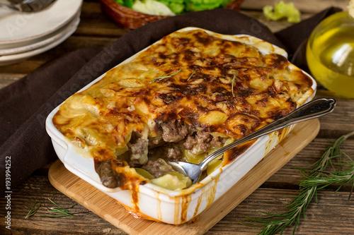 Plakat Zapiekanka ziemniaczana zapiekanka ziemniaczana z mieloną wołowiną i sosem beszamelowym