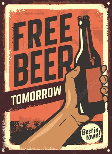 mężczyzna ręka trzyma butelkę piwa.