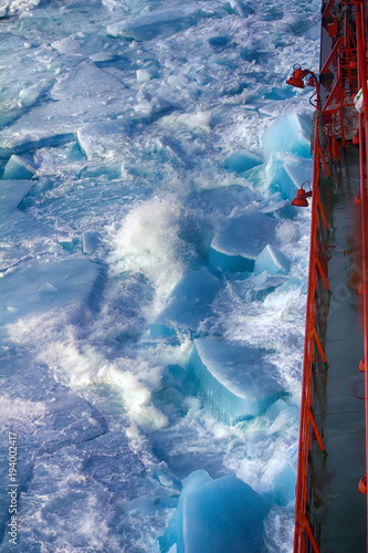 Fotobehang Poolcirkel Nuclear-powered icebreaker solivet powerful first-year ice