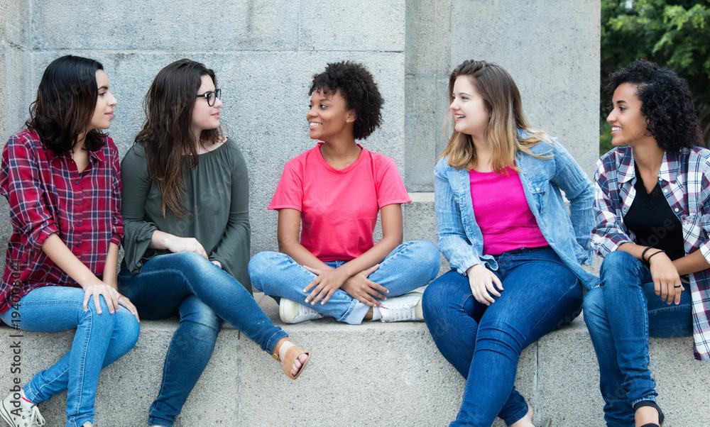 Fototapeta 5 junge Mädchen sprechen miteinander