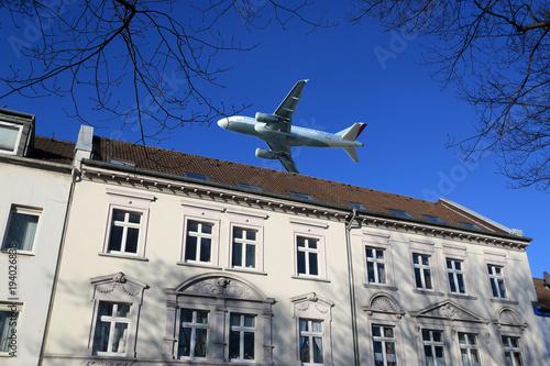 Fluglärm, Flugzeug über Wohnhaus Canvas Print