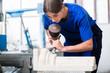 canvas print picture - Bildhauerin meißelt eine Säule aus Stein in ihrer Werkstatt