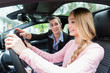 Fahrschülerin am Steuer des Fahrschulwagens lernt Autofahren