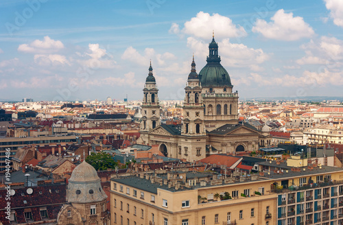 In de dag Moskou Roofs of Budapest with the Saint Stephen Basilica in Hungary