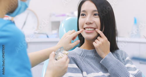 obraz PCV Woman talk to dentist in dental clinic