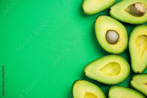 Photo  Avocado on pastel background,creative food concept