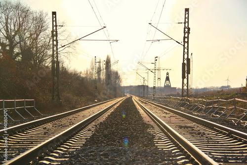 Staande foto Spoorlijn Eisenbahnschienen im Ruhrgebeit Ruhrpott im Sonnenschein