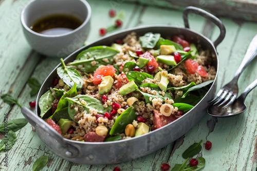 Salade d'Hiver aux Pousse d'épinard, Noix, Avocat, Oranges Sanguines. Healthy Salade