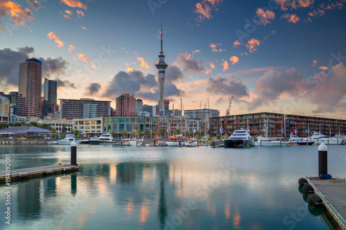 Poster Nieuw Zeeland Auckland. Cityscape image of Auckland skyline, New Zealand during sunrise.