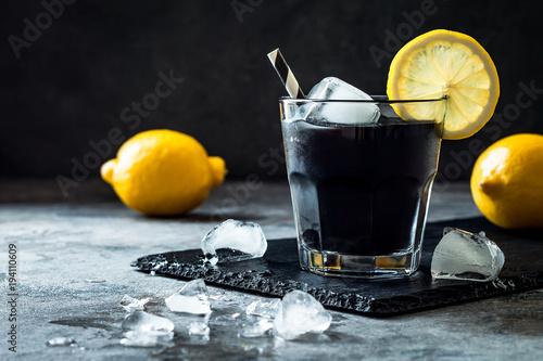 Fotografía  Detox activated charcoal black lemonade. Copy space.