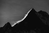 Czarno-białe zdjęcie Himalajów na wschód słońca. - 194112619