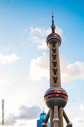 Photo  Oriental pearl tower under blue sky in Shanghai, China