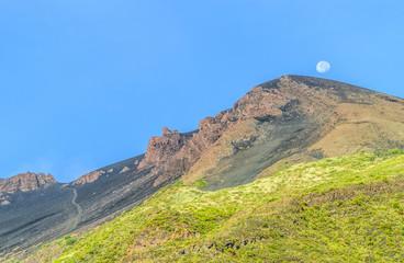 Mond über dem Gipfel des Stromboli