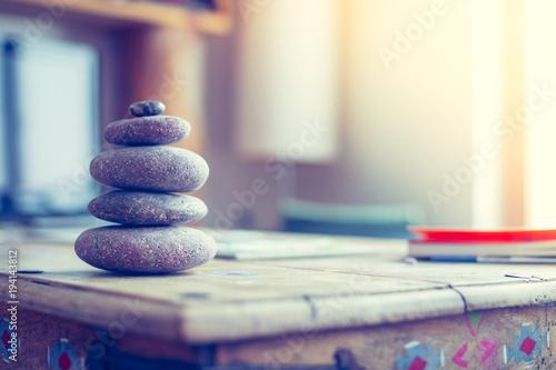 Steinmännchen Auf Holztisch In Wohnzimmer, Feng Shui