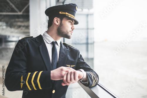 Vászonkép  Pilot in airport