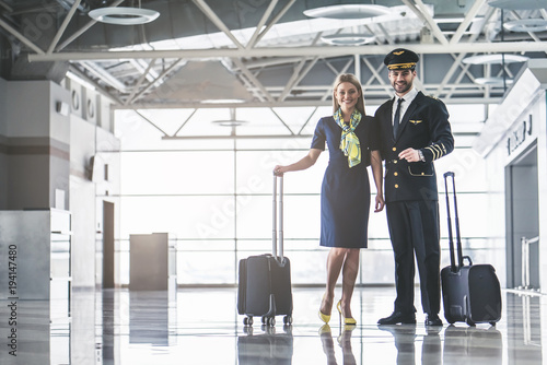 Photo Pilot and flight attendant in airport