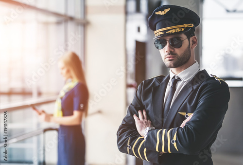 Valokuva Pilot and flight attendant in airport