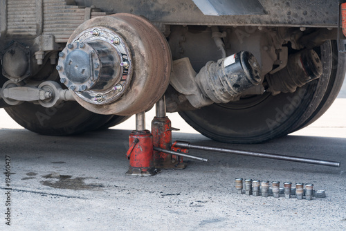 Maintenance a truck wheels hub and bearing with the Jack