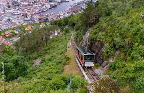 Staande foto Scandinavië Die berühmte Seilbahn Fløibane in der Stadt Bergen in Norwegen von oben - Touristenattraktion
