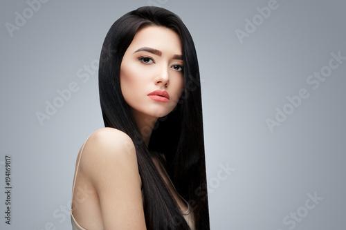 Fotografia  Brunette asian girl with long straight hair